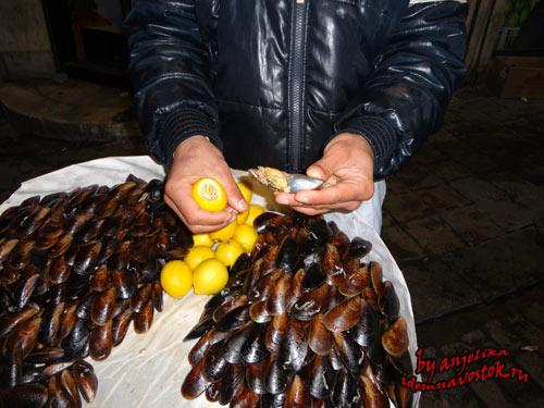Уличная торговля в Стамбуле, продавец мидий