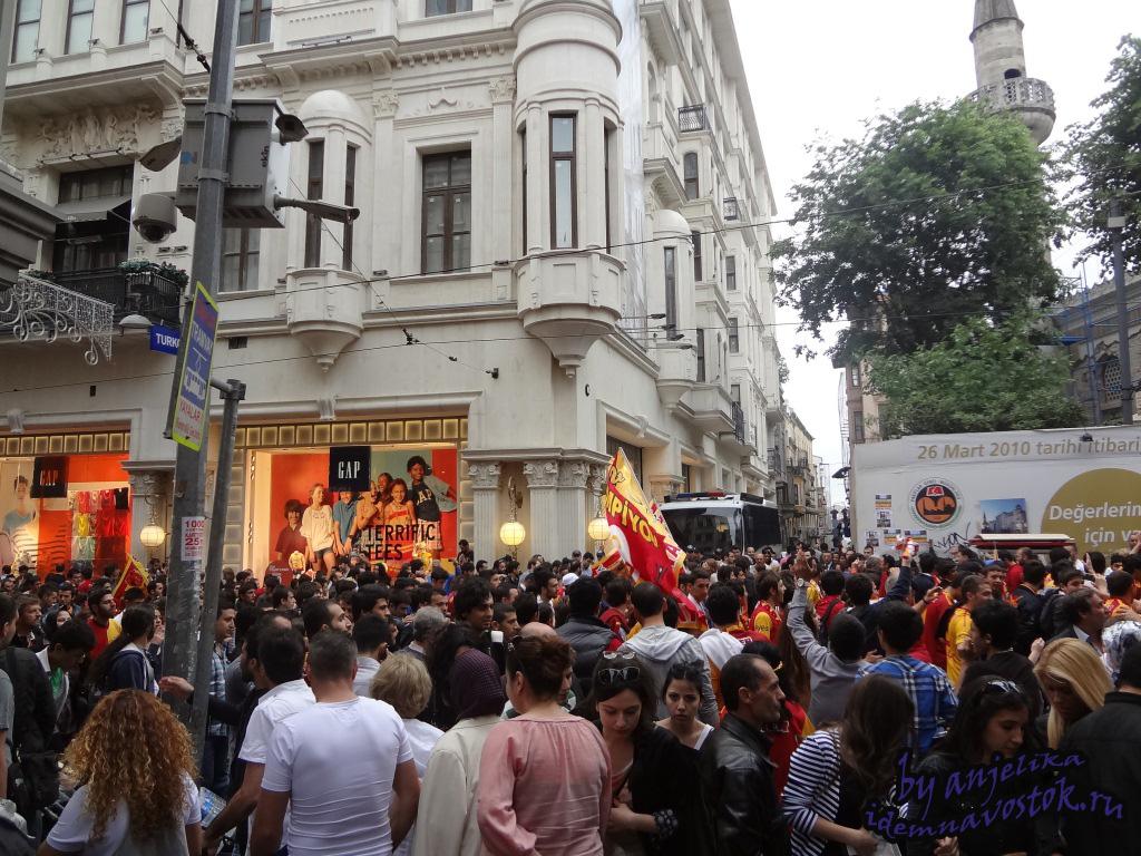 Шествие перед матчем в поддержку Галатасарая по Истиклялю
