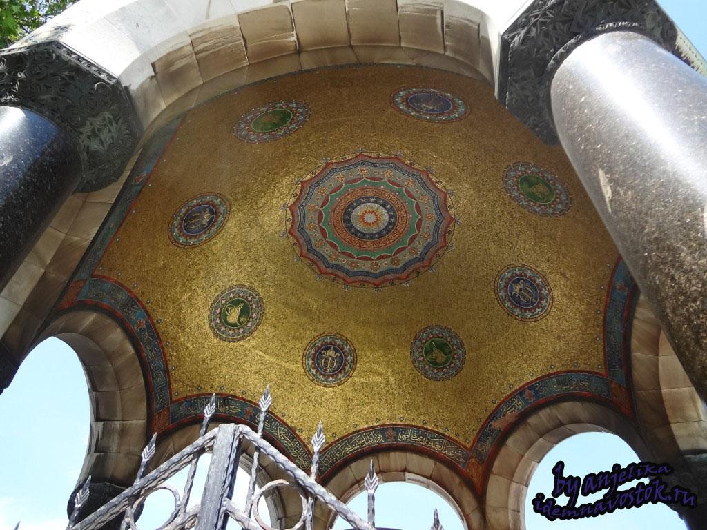 Купол Немецкого фонтана в кругах через один монограмма Абдульхамида II и инициалы Вильгельма II