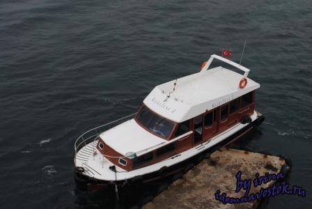 Кораблик, курсирующий между Девичьей башней и побережьем Стамбула