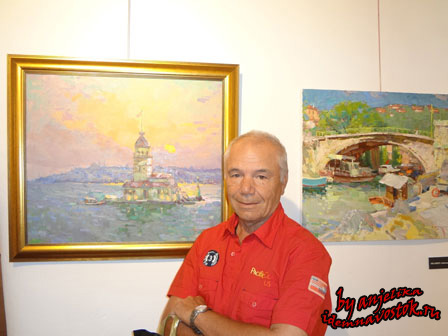 Александр Шадринан фоне собственных работ