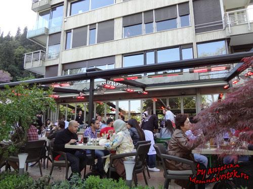 В выходной день в Бебеке, все кафе и рестораны забиты до отказа