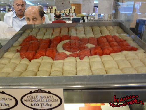 В кафе-магазине Karaköy Güllüoğlu
