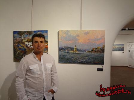 Роман Третьяков на фоне собственных работ