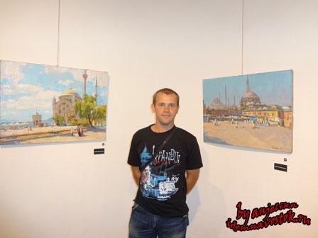 Роман Кравчук на фоне собственных работ