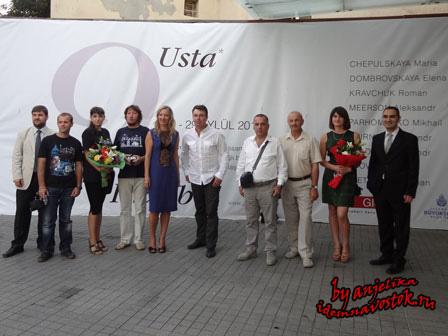 Художники, организаторы и вице-консул Украины на открытии выставки